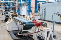 Mooi metaal industrieel materiaal van een productielijn bij een machine-bouwende installatie, een transportband met werktuigmachi royalty-vrije stock afbeeldingen