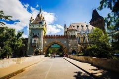 Mooi middeleeuws kasteel op lakefront Stadspark van Boedapest Hongarije stock fotografie