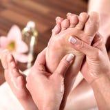 Mooi model bij de massage van wellnessvoeten Royalty-vrije Stock Afbeelding
