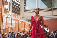 Mooi model binnen het paviljoen van Angola in Expo 2015 in Milaan, het royalty-vrije stock foto's