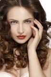 Mooi model die gezond bruin golvend haar tonen royalty-vrije stock foto