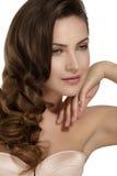 Mooi model die gezond bruin golvend haar tonen royalty-vrije stock afbeeldingen
