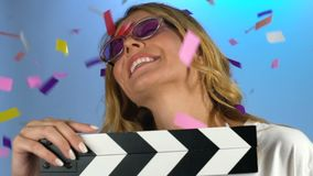 Mooi model die haar debuut in de bioskoopindustrie vieren, die confettien verheugen zich stock video