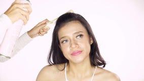 Mooi model die haarlak toepassen stock video