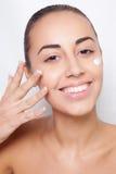 Mooi model die kosmetische room toepassen Royalty-vrije Stock Foto