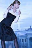 Mooi model in feestkleding het stellen Stock Afbeeldingen