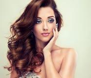 Mooi model met lang krullend haar Stock Afbeelding