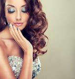 Mooi model met lang krullend haar Stock Foto