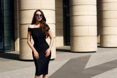 Mooi model met lang krullend haar en rode lippen royalty-vrije stock foto's