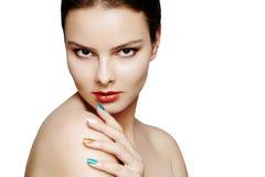 Mooi model met maniersamenstelling De sexy vrouw van het close-upportret met de make-up van de glamourlipgloss en heldere oogscha Royalty-vrije Stock Foto's