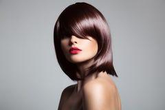 Mooi model met perfect lang glanzend bruin haar royalty-vrije stock afbeelding