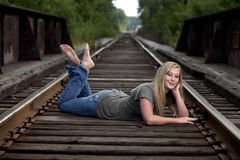 Mooi model op treinsporen Stock Foto's