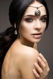 Mooi modelbrunette met lang gekruld haar stock foto