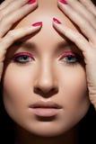 Mooi modelgezicht met maniersamenstelling & spijkers Royalty-vrije Stock Afbeeldingen