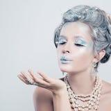 Mooi Modelgirl blowing een Kus Het Meisje van de manierwinter stock fotografie