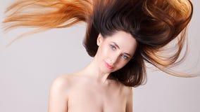 Mooi modelmeisje met glanzend vliegend bruin ombre rechtstreeks lang haar Zorg en haarproducten Stock Afbeeldingen