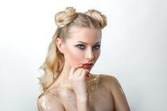 Mooi modelmeisje met Maniermake-up, portret van een jonge vrouw op een lichte achtergrond met blond haar stock foto's