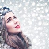 Mooi Modelwoman looking up op de Achtergrond van de Sneeuwvalwinter royalty-vrije stock fotografie