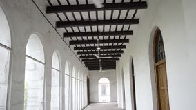 Mooi Modern die binnenland van wit vlak hoogtepunt van grote vensters met ventilators op plafond vooraanzicht wordt geschoten stock footage