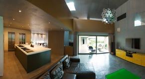mooi modern huis in cement, binnenland stock afbeeldingen