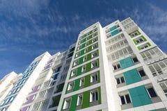 Mooi modern huis met kleurrijke voorgevels Stock Afbeelding