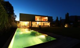 Mooi modern huis in openlucht bij nacht Stock Fotografie
