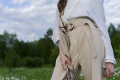 Mooi modieus meisje die een in wit overhemd, beige trous dragen royalty-vrije stock foto's