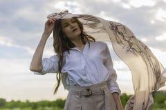 Mooi modieus meisje die een in wit overhemd, beige trous dragen royalty-vrije stock afbeeldingen
