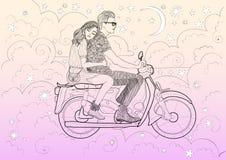 Mooi modieus paar die in liefde een motor, bromfiets door de wolken en de sterren in de hemel van de nachtvanille berijden Royalty-vrije Stock Afbeelding