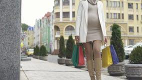 Mooi moeder-aan-loopt stadsstraat het winkelen zakken, bevallingsvoorbereiding stock video