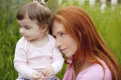 Mooi moeder en babymeisje openlucht Stock Foto