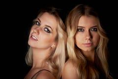 Mooi moeder en dochterportret in Studio op zwarte achtergrond Kijk groot Professionele Make-up stock fotografie