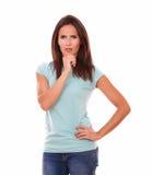 Mooi mooi brunette met weerspiegelend gebaar stock foto