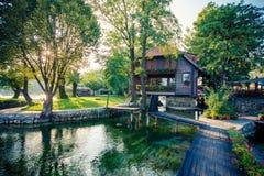 Mooi motel op rivier stock foto's