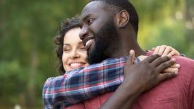 Mooi multi-etnisch paar die van elkaar, familieverwezenlijking, geluk houden stock foto