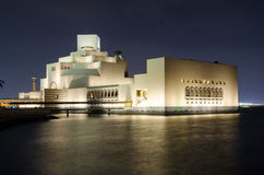 Mooi Museum van Islamitische Kunst in Doha, Qatar bij nacht Stock Afbeeldingen