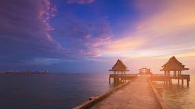 Mooi na zonsonderganghemel met het lopen manier die tot oceaanhorizon leiden Stock Foto's