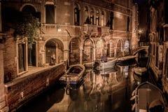 Mooi nachtlandschap van het kanaal en de eindeloze straten van Venetië royalty-vrije stock foto