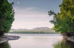 Mooi natuurlijk landschap van rivier in het tropische groene bos van Zuidoost-Azië, Rafting op een zeer mooie bergrivier royalty-vrije stock foto