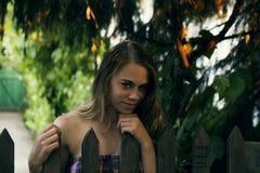 Mooi natuurlijk meisje dichtbij omheining Royalty-vrije Stock Afbeeldingen