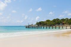 Mooi natuurlijk strand met vissersbootpier Stock Foto's
