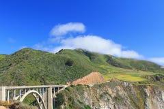 Mooi natuurlijk zeegezicht op steenbrug met berg en blu stock foto