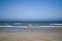 Mooi Nederlands strand in de zomertijd Stock Foto
