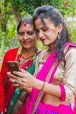 Mooi Nepali-Meisje die foto tonen aan haar moeder in smartphone royalty-vrije stock foto