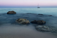 Mooi nevelig strand bij zonsopgang Stock Foto