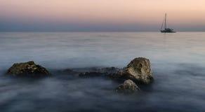 Mooi nevelig strand bij zonsopgang Royalty-vrije Stock Afbeelding