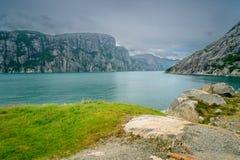 Mooi Noors fjordpanorama door de kust van Lysefjord, Noorwegen Royalty-vrije Stock Foto's