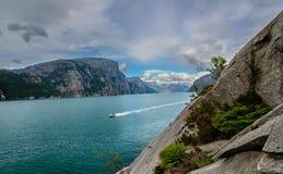 Mooi Noors fjordpanorama door de kust van Lysefjord, Noorwegen Stock Afbeeldingen