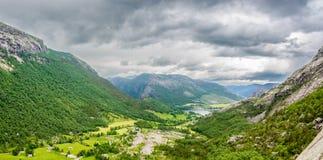 Mooi Noors landschap in de bergen - onweer het naderbij komen Royalty-vrije Stock Afbeeldingen