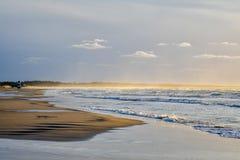 Mooi oceaanstrand met toneelzonsondergangmening, Denemarken stock foto's